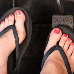 Este legal condusul in slapi, sandale sau descult in UK?
