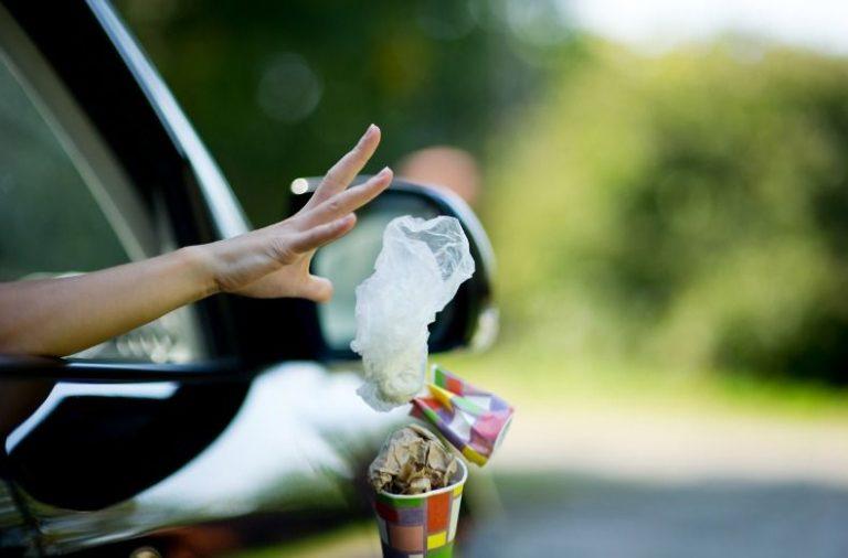 Aruncarea gunoiului din masina